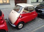 Die Isetta wirkt selbst zwischen Smart und Fiat noch winzig