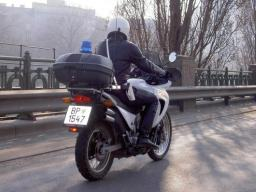 Wiener Polizei mit dem Motorrad am Donaukanal entlang
