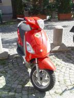 Ein roter Scooter aus Italien, gut eingeparkt